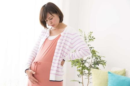 妊娠中に足がつる原因