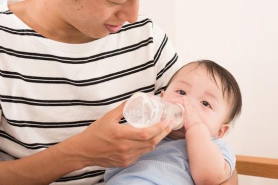 ミルクはパパが授乳