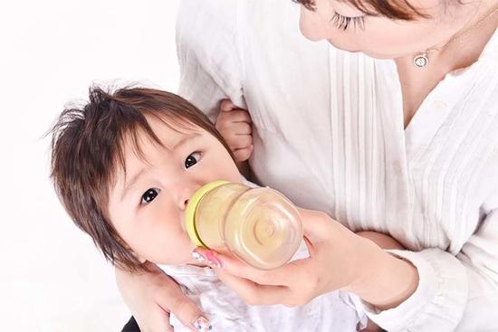 母乳が出ないときは粉ミルクをあげて