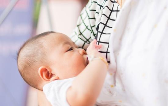 出産して母乳が出ないときはミルクをあげましょう