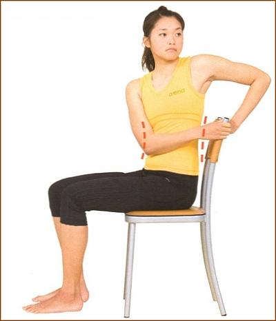 椅子に座っての腰のストレッチ