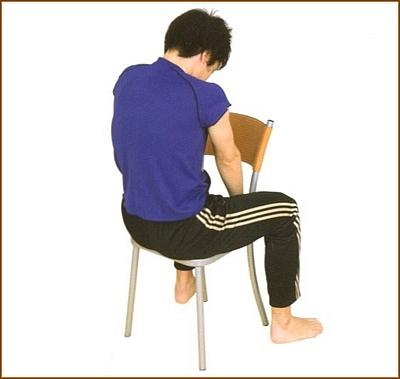 肩甲骨の周りを伸ばすストレッチ1