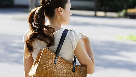 骨盤や背骨が歪まないバッグの持ち方
